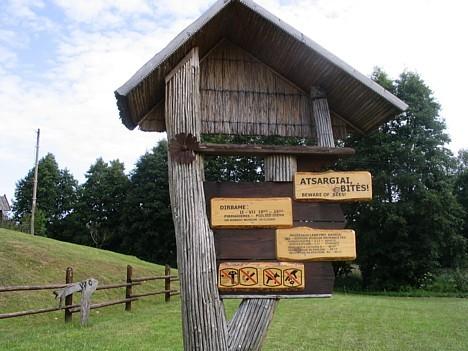 Biškopības muzejs ar lauka ekspozīciju izvietojies uz Tauragnas upītes krasta.