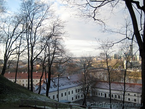Skats uz kalna pakājē esošo Lietuvas valsts muzeju