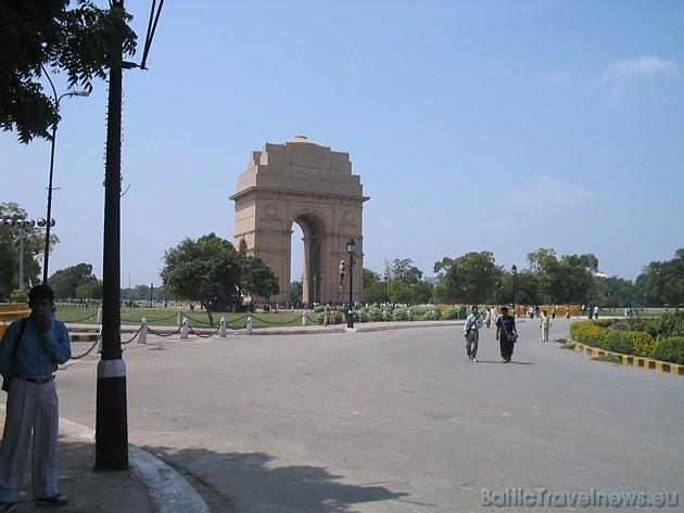 Indijas vārti. Deli – Indijas galvaspilsēta, viena no vecākajām pilsētām uz Zemes - tilts starp Austrumiem un Rietumiem. 42 metrus augstā Triumfa arka