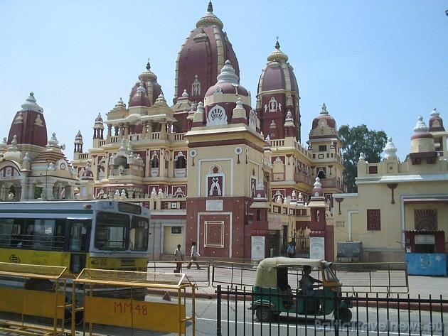 Kāds bagāts tirgotājs par godu indiešu pārticības dievietei 1938. gadā uzcēla šo templi- Lakshmi Narayan Mandir. Šeit joprojām iespējams iepazīties ar
