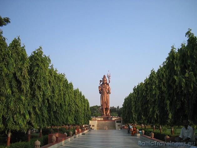 Ja gribat Indijā būt pieklājīgs- tad satiekoties salieciet rokas kā lūgšanā un paceliet plaukstas zoda augstumā
