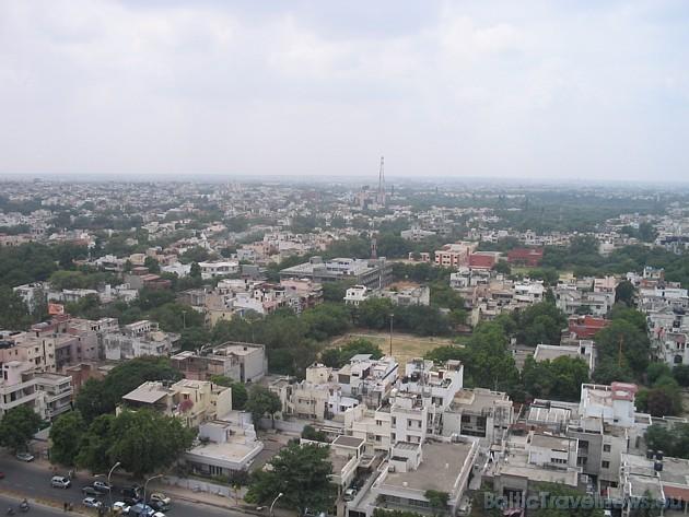Indija ir otra lielākā valsts pasaulē pēc iedzīvotāju skaita- 1,1 miljards; nabadzība, netīrība un pārapdzīvotība, kur vienlaikus pastāv visaugstākais