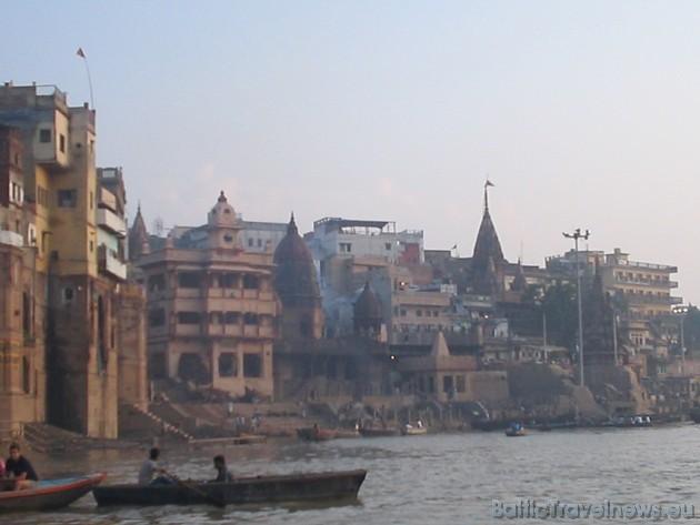 14-Rīta ceremonija pie Gangas. Vieta, kur notiek mirušo svētā kremēšana. Taču iedzīvotāji ir spiesti pat strādāt visu savu mūžu, lai sakrātu naudu ma