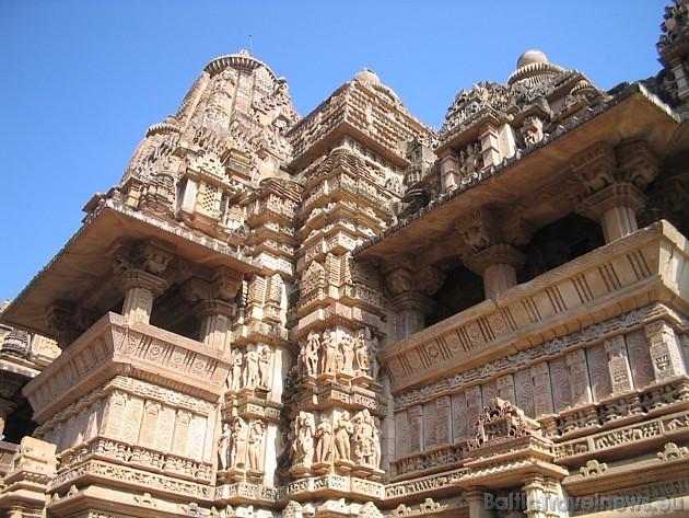 Skulptūras rāda ainas no Indijas dzīves tūkstoš gadu garumā: dievi, dievietes, karavīri, muzikanti. Skulpturālo dekoru galvenais motīvs ir mīlas ainas
