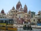 Kāds bagāts tirgotājs par godu indiešu pārticības dievietei 1938. gadā uzcēla šo templi- Lakshmi Narayan Mandir. Šeit joprojām iespējams iepazīties ar 4