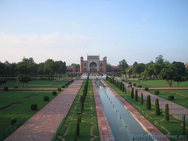 Jāatzīmē, ka Indijā Taj Mahal mauzolejs ir celts Šahdžahāna valdīšanas laikā un tā būvniecībā piedalījās vairāk kā 20 tūkstoši cilvēku, 20 gadu garumā