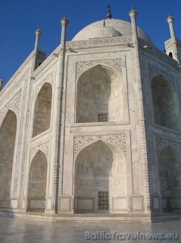 Taj Mahal ir uzcelts no balta marmora un ir skaisti rotāts ar pusdārgakmeņiem