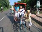 Ērts pārvietošanās līdzeklis dienas karstumā velorikša. Labi gan tūristam, gan velorikšas vadītājam, kurš šādi sev nopelna iztiku 10