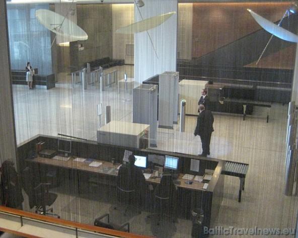 Eiropas Parlamenta drošības kontroles pārstāvji stingri seko līdzi katrai apmeklētāju grupai