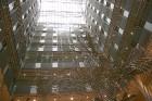 Ēkas iekšienē vienmuļo logu virknes pārtrauc metālmākslinieku skulptūra 4