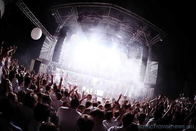 ...koncerti, dejas un diskotēkas...