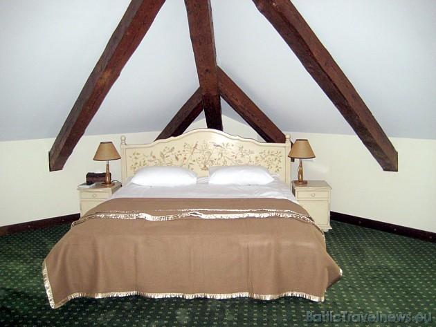 Viesnīcas istabas iekārtotas ar ekoloģiskām mēbelēm, kas izgatavotas tikai no dabīgā kokmateriāla, virsmas krāsotas, vaskotas un eļļotas, lietojot dab