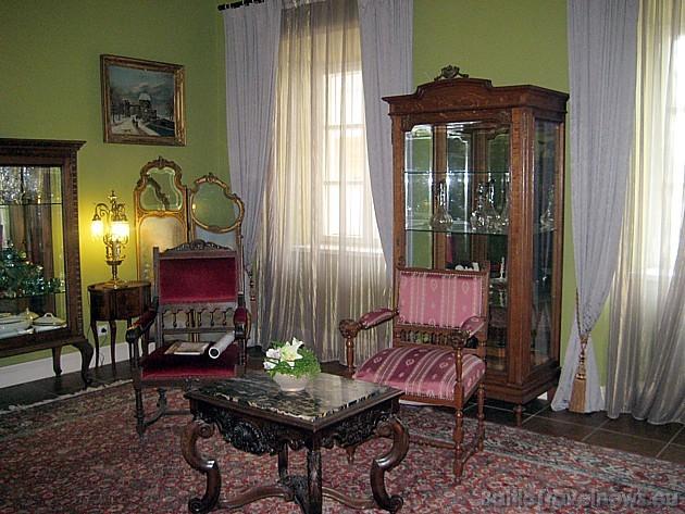 Atpūtas telpa, kas vienlaicīgi kalpo arī kā vieta dažādiem vēsturiskiem muzeja eksponātiem