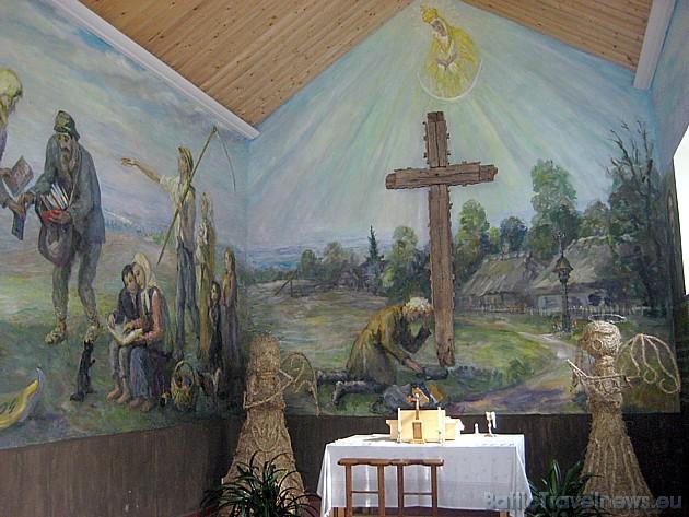Galvenais kapličas akcents – autentiskais krusts, kuru apskāvis 1918. gadā nomira, slavenākais Lietuvas grāmatu iznēsātāju patriarhs Jurģis Bielinis (