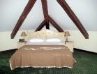 Viesnīcas istabas iekārtotas ar ekoloģiskām mēbelēm, kas izgatavotas tikai no dabīgā kokmateriāla, virsmas krāsotas, vaskotas un eļļotas, lietojot dab 7