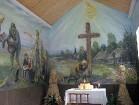 Galvenais kapličas akcents – autentiskais krusts, kuru apskāvis 1918. gadā nomira, slavenākais Lietuvas grāmatu iznēsātāju patriarhs Jurģis Bielinis ( 14
