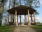 Muižas parkā, Birutes (Birutės) kalnā atrodas lieliska, iespaidīga āra lapene 17