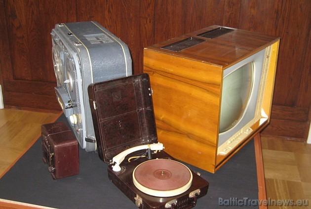 Muzejā var iepazīties arī ar seniem radio, audio un TV aparātiem