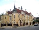 Šauļos dzīvojošā ādas fabrikanta H. Frenkeļa villa, uzcelta 1908. g. – vienīgā Šauļos un ir viena no nedaudzajiem Lietuvā esošiem XX gs. sāk. modernās 1