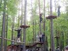 Mežā starp kokiem ir izvietotas 8 trases 3