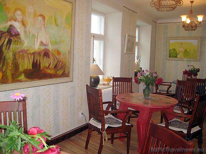 Galerijas Kūku istabā var patīkami pavadīt laiku, dzerot tēju vai tasi kafijas, un pamieloties ar gardu kūku