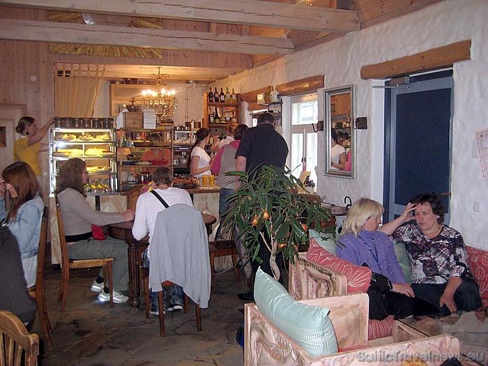 Tikai kādus 100 metrus tālāk no galerijas atrodas arī īpaša kafejnīca