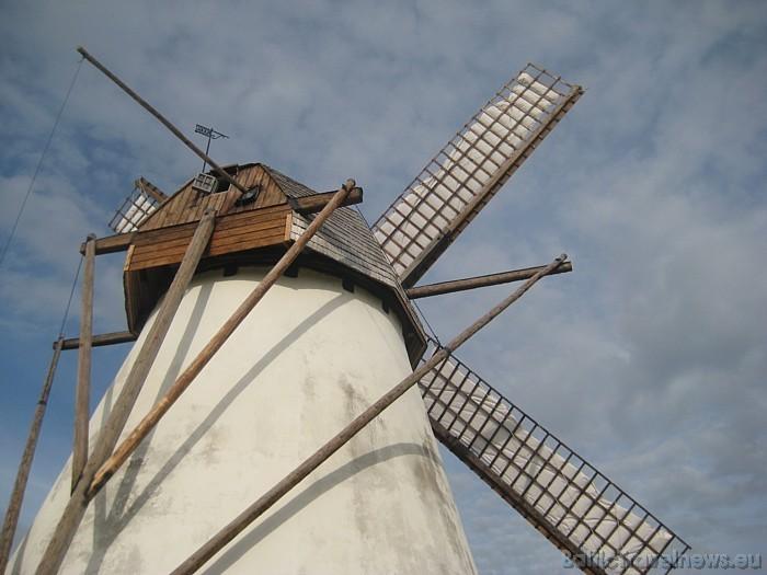 Dzirnavas darbojas gan vēja ietekmē, gan arī nepieciešamības gadījumā var pieslēgties modernajam ģeneratoram