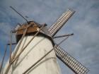 Dzirnavas darbojas gan vēja ietekmē, gan arī nepieciešamības gadījumā var pieslēgties modernajam ģeneratoram 15