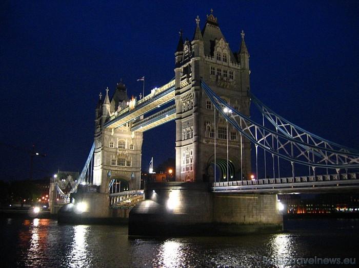 London Eye ir 135 metrus augsts, tāpēc ritenis ir piektā augstākā konstrukcija Londonā Foto: picspack/mh-wuff