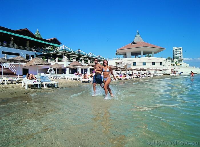 Viesnīcai Salamis Bay Conti ir sava privātā smilšu pludmale Foto: Salamis Bay Conti Hotel