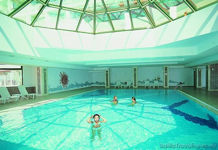 Viesnīcas Salamis Bay Conti iekšējais peldbaseins  Foto: Salamis Bay Conti Hotel
