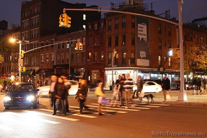 Ziemā, kad tumsa iestājas agri, Ņujorkas viesus un iedzīvotājus priecē veikalu košie skatlogi  Foto: www.nycgo.com/Ben Dwork