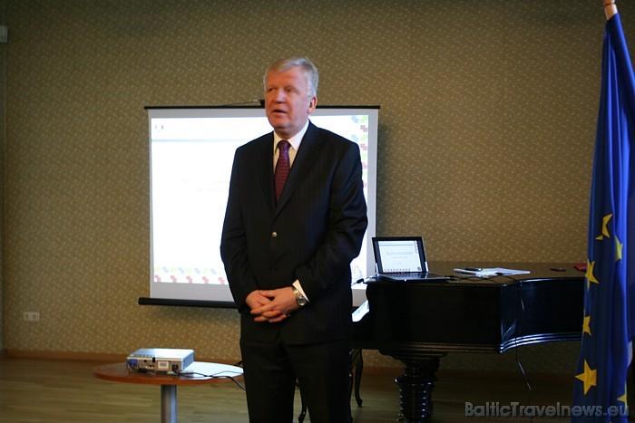 Igaunijas vēstnieks Latvijā Mati Vārmans sveic prezentācijas viesus
