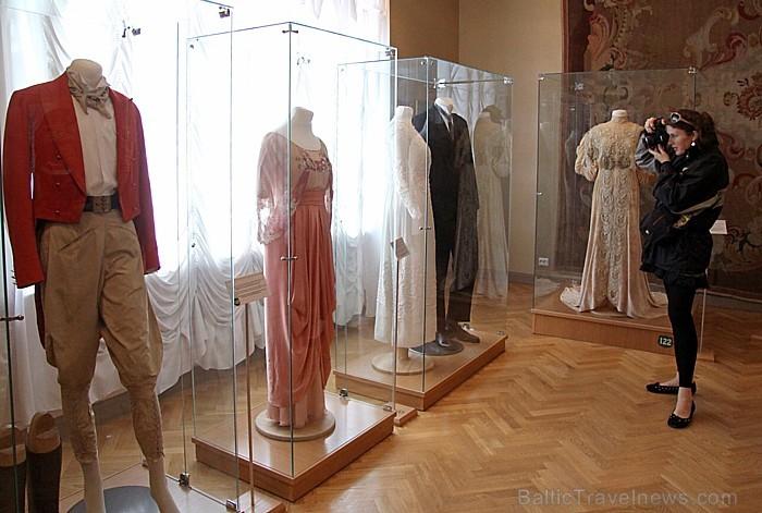 Muižā ir izstādīti autentiski grāfu tērpi, un starp tiem ir arī slavenās Koko Šaneles kleitas