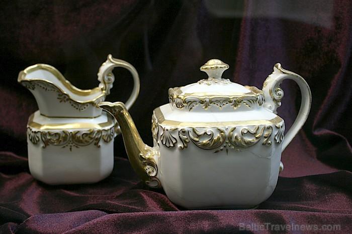 Greznie porcelāna trauki tagad kalpo tikai apskatei