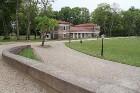 Muižas ansamblī ir 16 ēkas, 28,1 ha liels parks, dīķi 17