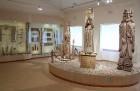 Uz Rokišķu muižu ir vērts aizbraukt apskatīt arī valstī vienīgo Jēzus dzimšanas ainiņu, muzeju un unikālos, slavenā tautas kokgrebēja Ļongina Šepkas g 20