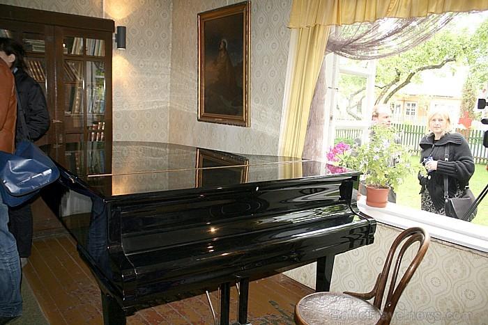 Ne visi muzejā esošie mūzikas instrumenti gluži nav no tā laika, taču tie ļauj skanēt Čurļoņa radītajām mūzikas skaņām arī tagad
