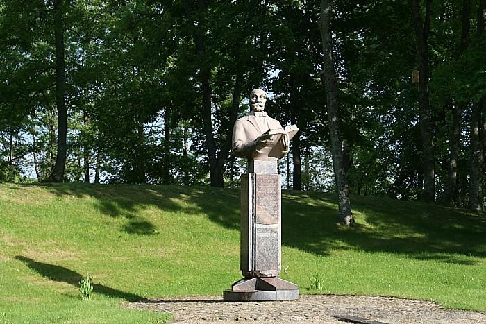 Parkā savu vietu ir atraduši arī dažādi mākslas un kultūras darbinieku pieminekļi