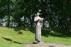 Parkā savu vietu ir atraduši arī dažādi mākslas un kultūras darbinieku pieminekļi 12