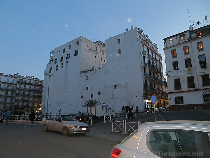 Pilsētā bez franču arhitektūras iezīmēm ir ļoti daudz arī ēkas ar arābisko raksturu - vienkāršas blokveida formas ēkas ar nelieliem taisnstūra lodziņi 93092