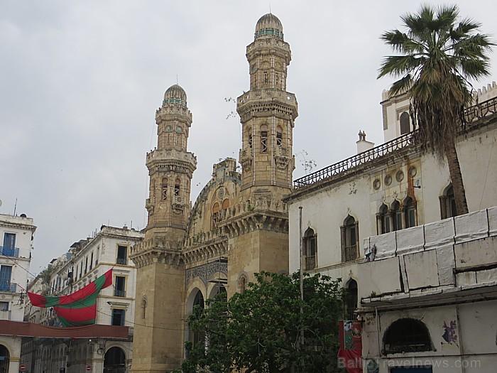 Vienviet var ieraudzīt arī dažādos laikos un stilos celtas ēkas 93095