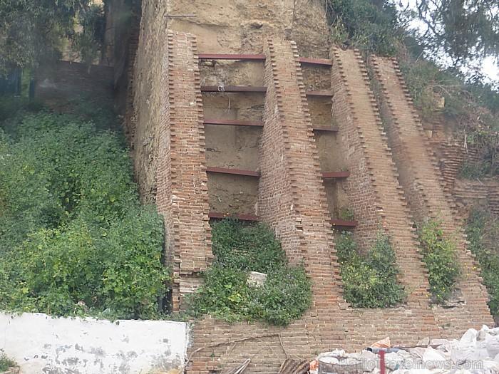 Daudzviet par būvju iepriekšējo varenumu liecina vien drupas 93098