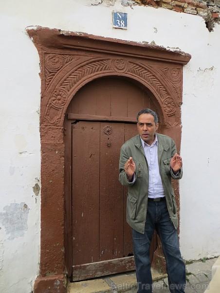 Ir ļoti interesanti uzzināt, kāpēc tās durvis ir tik zemas, dažkārt pat līdzās ir vēl kādas citas durvis, kas domātas tikai apkalpotājiem 93102