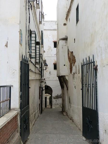 Tā vecā pilsētas daļa, kas vēl ir saglabājusies, sastāv no šaurām un līkumojošām ieliņām 93103