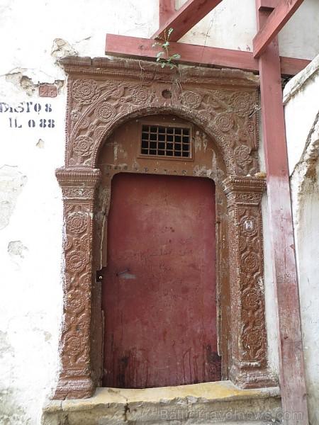 Apkalpotāju durvis arī tika greznotas, taču bija daudz mazākas un šaurākas 93128