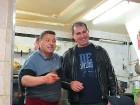 Kafejnīcas vadītājs (pa kreisi) izrādās, ka ir divus gadus dzīvojis Rīgā, tāpēc saņemam vissirsnīgāko apkalpošanu no viņa puses 27