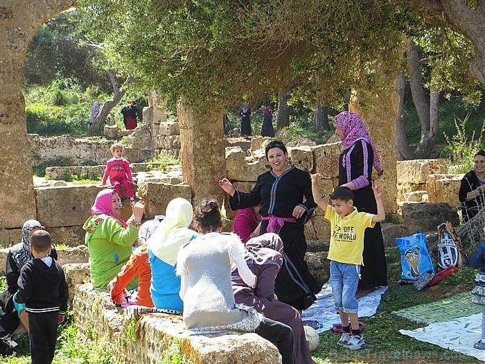 Kopīgs pikniks dažāda vecuma sievietēm un bērniem (bez vīriešiem)
