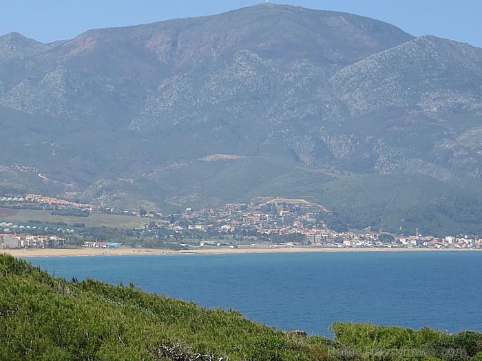 Tipazas austrumos esošā smilšainā pludmales josla stiepjas vairākus simtus metru garumā