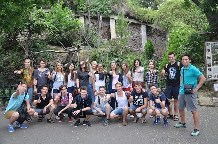Kopā ar jaunajiem draugiem jaunieši dosies aizraujošās ekskursijās uz gotisko Karlšteinas pili. Pils būvēta 1348. gadā kā karaļa vasaras rezidence, un